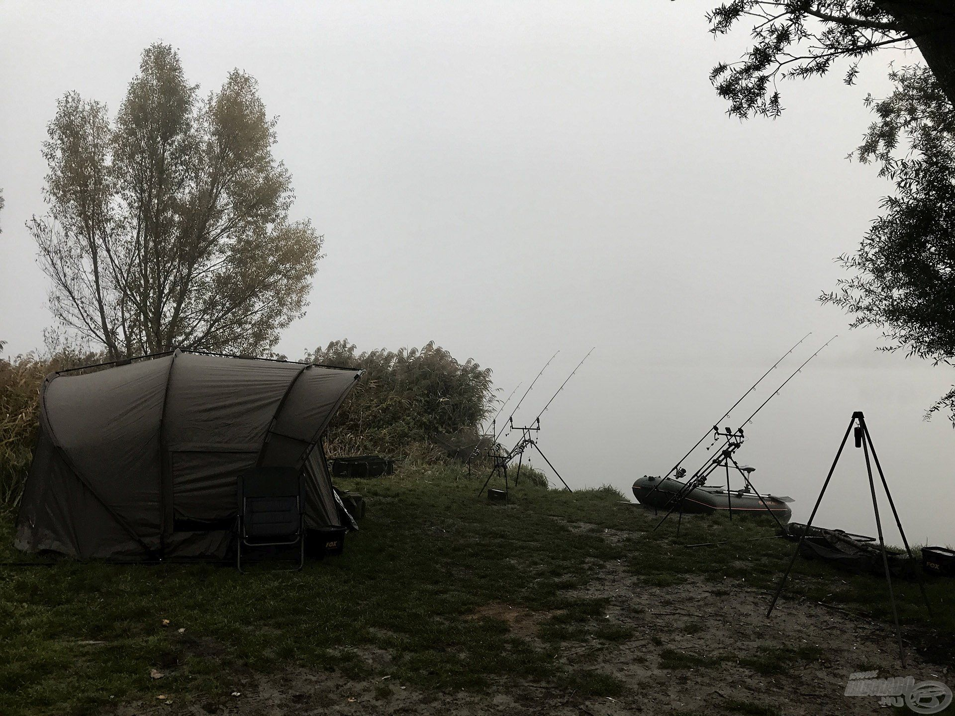 Tipikus, ködös őszi reggellel indult a horgászat
