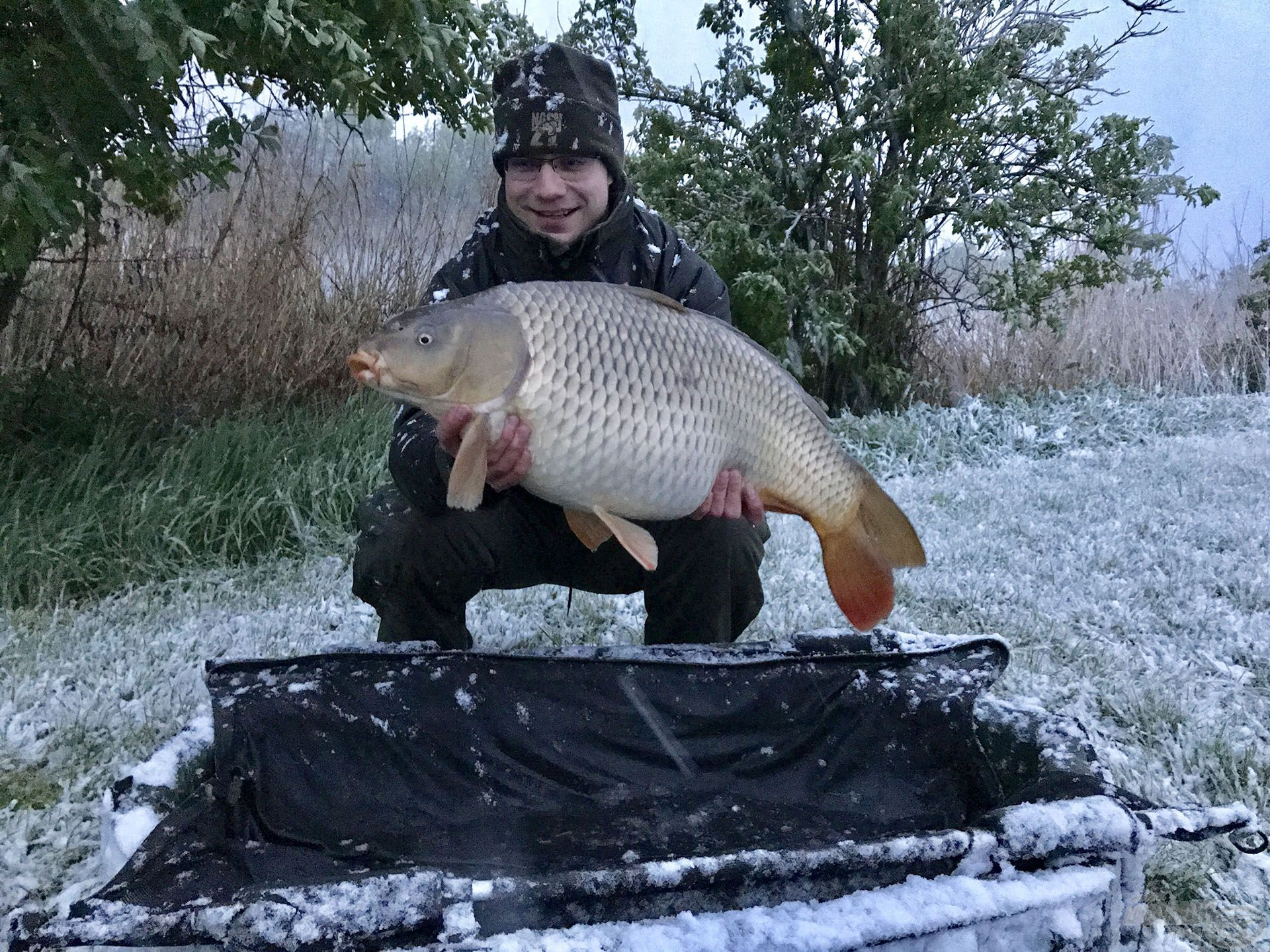 Ádám barátom is állta a havat, büszkén tartja kezében e csodás halat