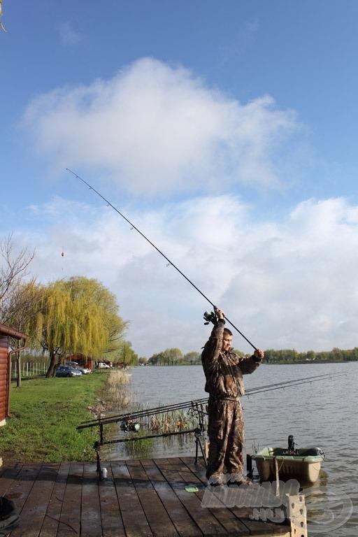 Külön stég található a horgászálláson, mely a faháztól néhány lépésre van