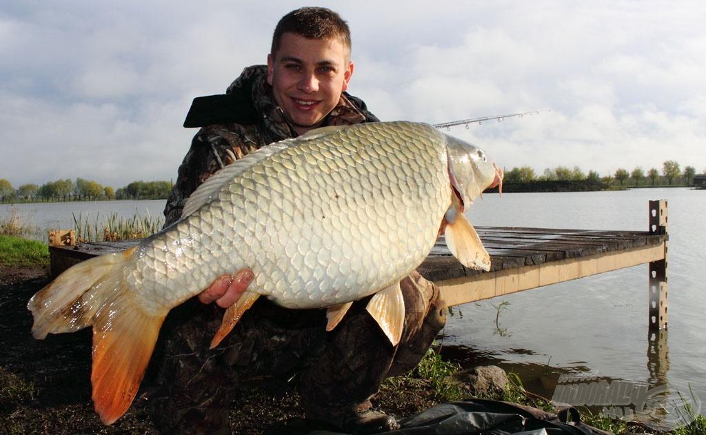A teszthorgászat legnagyobb haláról - 12,28 kg - három kép készült…