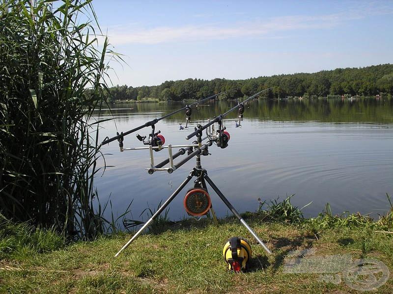 A helyválasztásban/foglalásban halőri segítséget kaptunk. Elfoglalt horgászállásunk a tározó középső szakaszán lelhető fel