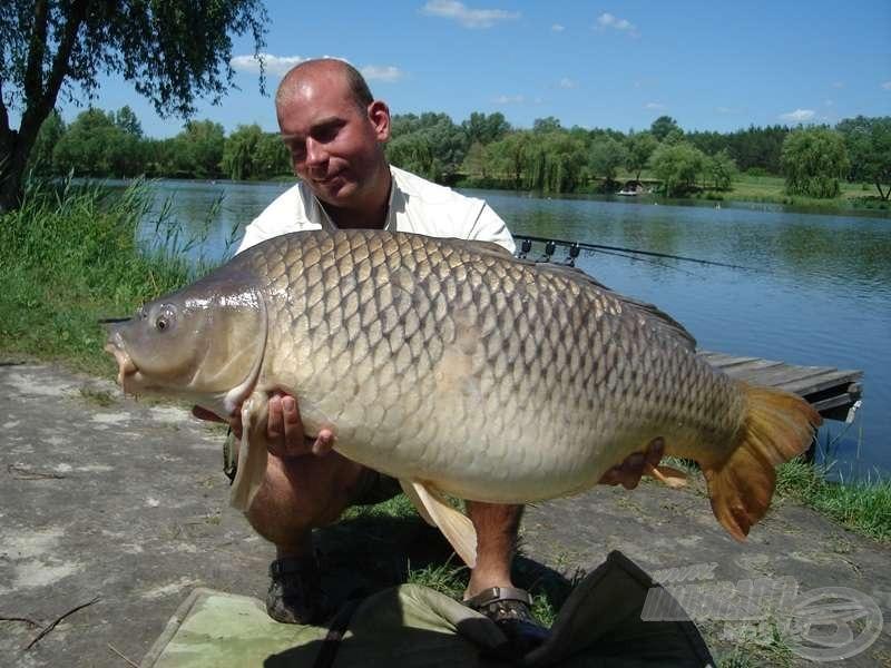 Csapatunk idei első 20 kg feletti halai is Laci nevéhez fűződnek. A képen látható, tekintélyt parancsoló méretű pikkelyes tömege 24,16 kg volt!