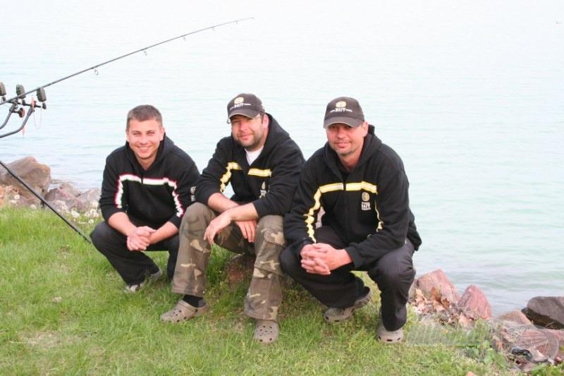 A meghívók, az SBS Happy Carp Gang csapata: Bali Gábor (jobbról) és Novák Dániel (középen), akik az idei évtől az SBS csapatát erősítik!