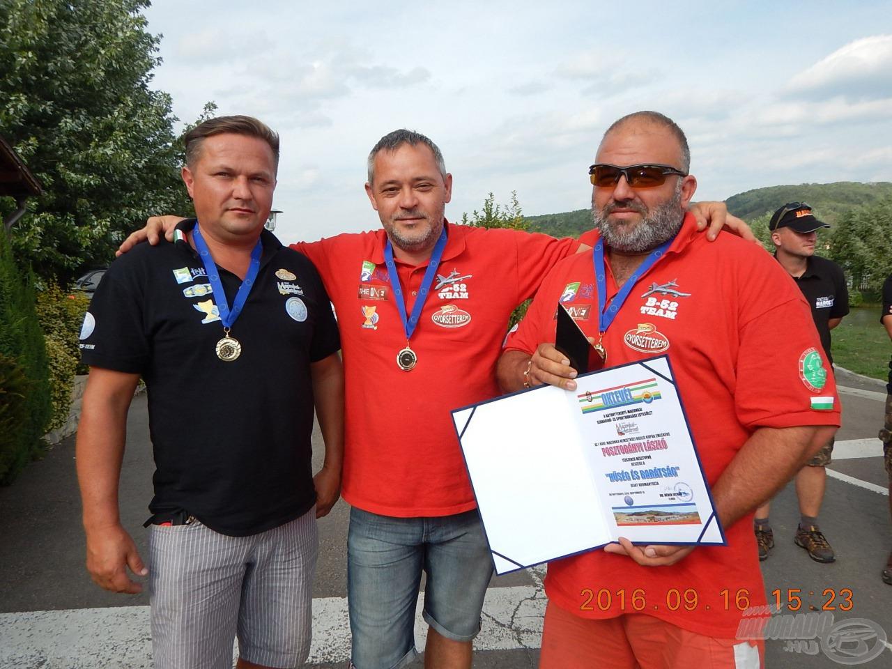 A díjazott és csapattársai
