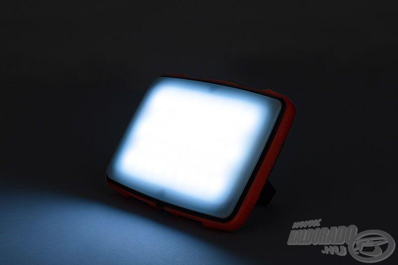 A fényforrás LED-je 1100 Lumen hideg és meleg fehér fényáramra képes