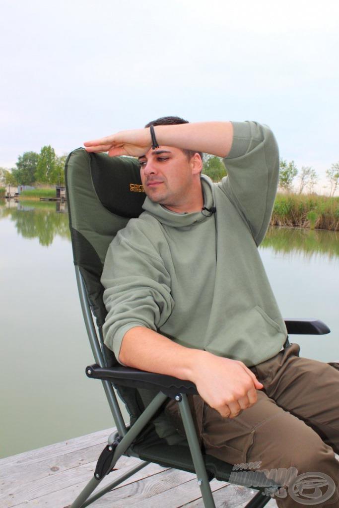 Magasított háttámlán könnyedén pihentethetjük a fejünk, és még a széltől is védi a nyakat