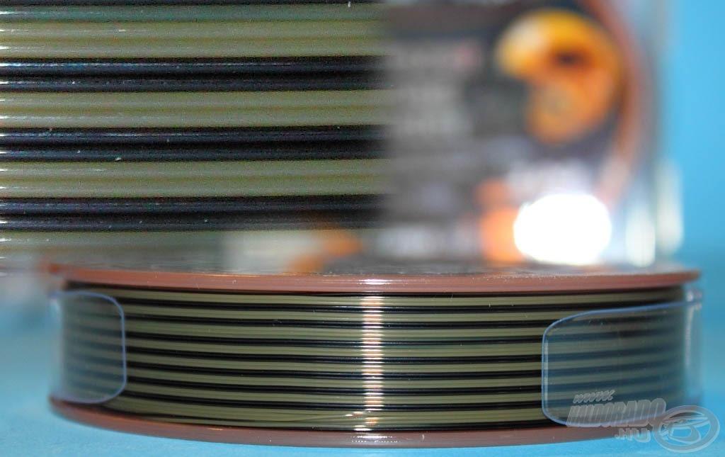 A különleges matt zöld-fekete terepmintája a fenék színével teljesen egybeolvadva kiküszöböli a fényvisszaverődést