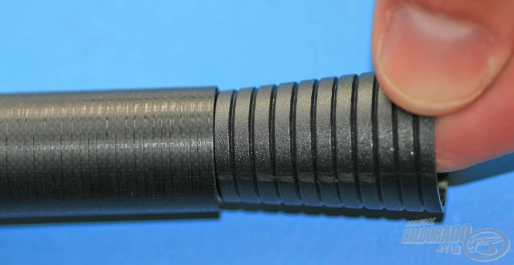 Következő lépés a gumirögzítő kúp méretre vágása. Egyszerűen beleillesztjük a második tag végébe a kúpot és megjegyezzük, hogy melyik az a gyűrű, ami megakad a tag peremén. Az ennél eggyel kisebb méretű gyűrűnél kell elvágni a kúpot, hogy az pont belecsússzon a tagba