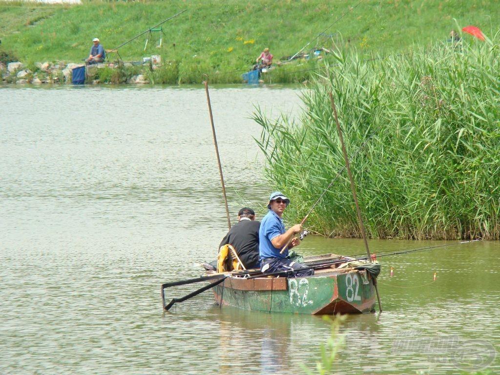 Sok horgász megfér egymás mellett, ...