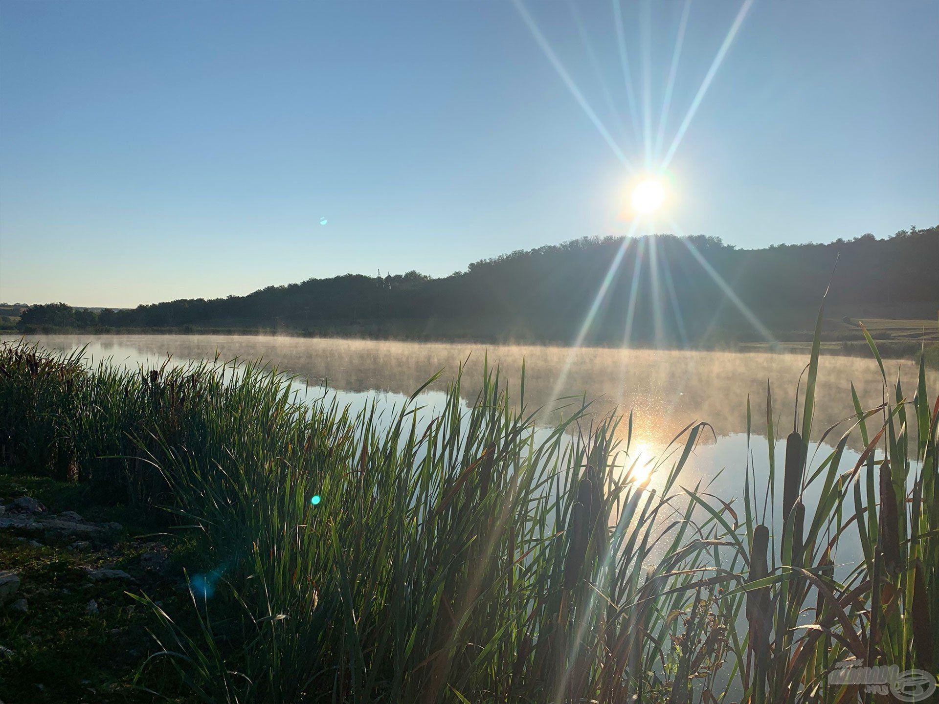 Ködös reggel fogadott minket a tóparton
