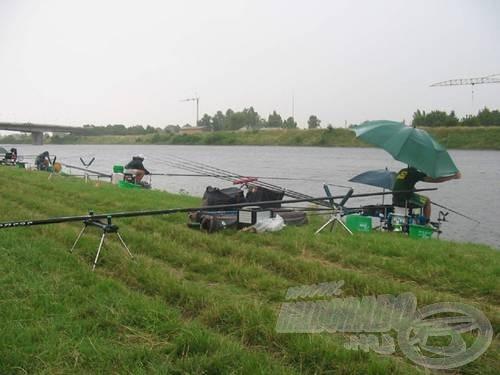 Akkor is horgásztak, amikor az erős szélben az ernyőt is tartani kellett…