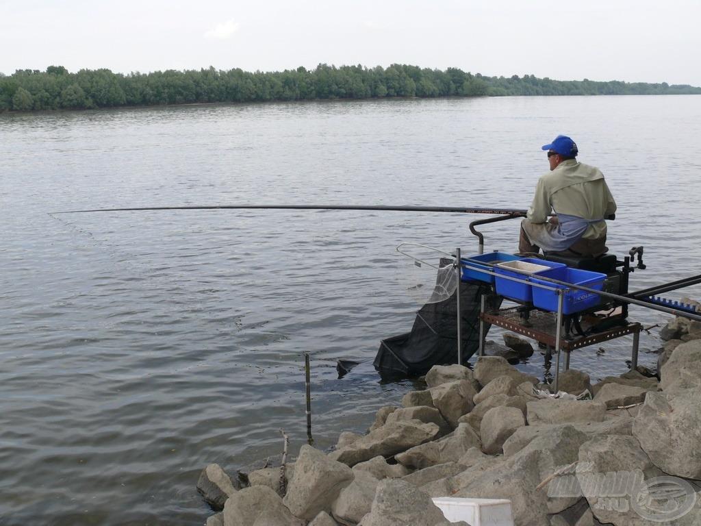 Ha a part közelében megfelelő mélységű a víz és nem kell távolra horgászni, a leghatékonyabb horgászeszköz a rakós bot