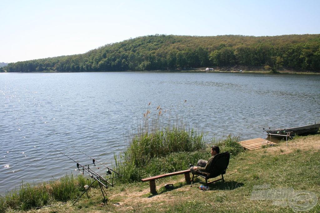 Szép tó, csodás környezetben, sok hal… mi kell több???