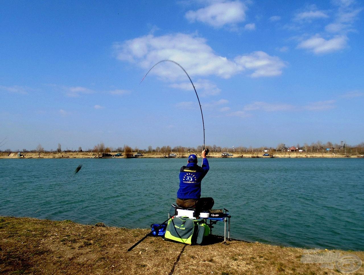 A bot rugalmasságának köszönhetően még ülve is lehet nagyot dobni a Solution feederrel, amely még gyorsabbá teszi a horgászatot
