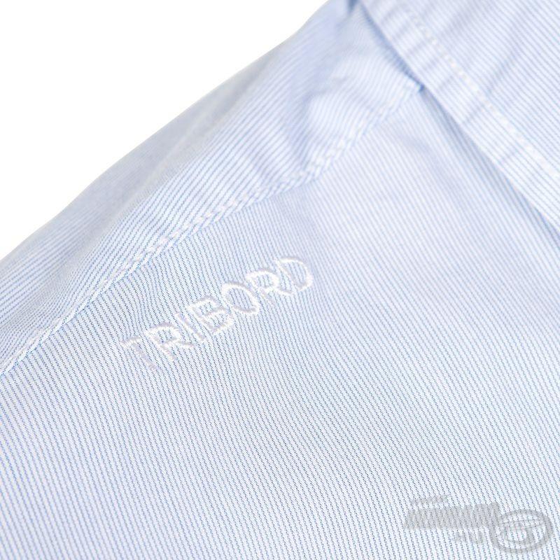 """A váll jobb oldalán szolid """"Tribord"""" felirat húzódik"""