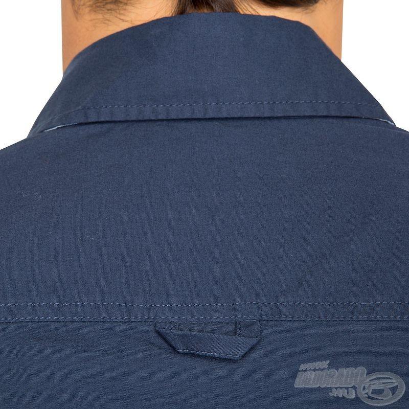 Minden hasznos részletében megegyezik társával ez az ing, így a hátsó akasztófül is megjelenik rajta