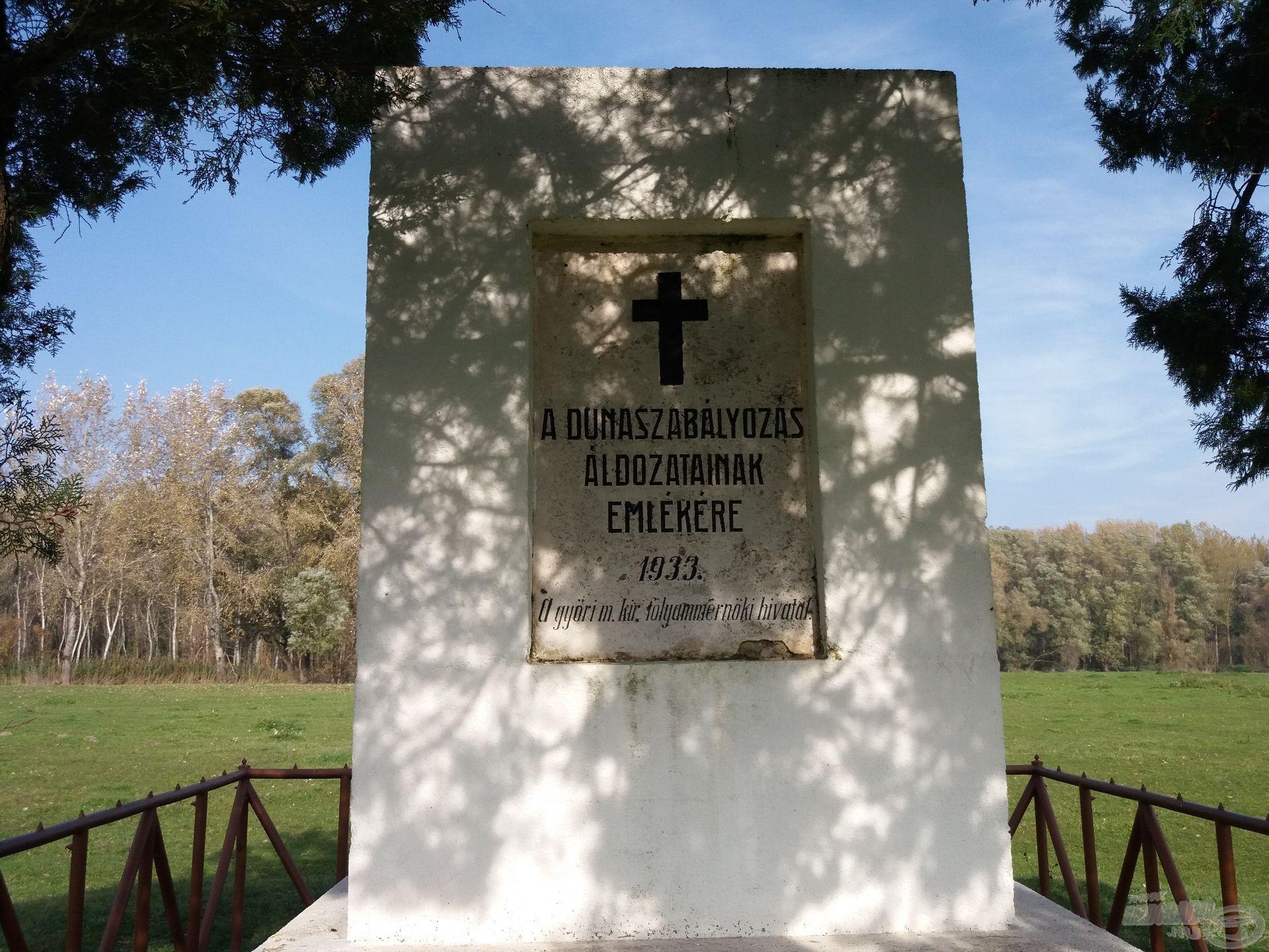 A rét közepén található emlékmű