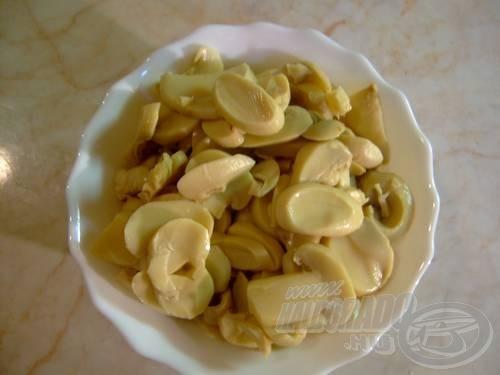 Készítsük el a szószt. Egy kanálnyi margarint helyezünk egy edénybe és a felszeletelt gombát megpároljuk rajta. Párolás közben sózzuk, borsozzuk és paprikázzuk meg a mártást ízlés szerint