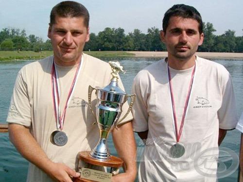 Az ezüstérmes Carp System (jobbról Bojan Bojanić, a válogatott csapattaggá lett szövetségi kapitány