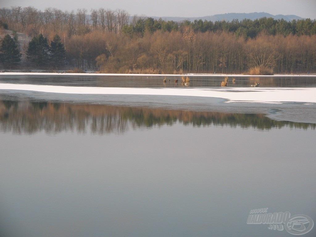 Háziréten a tó egy részét még jég borította a horgászatom napján