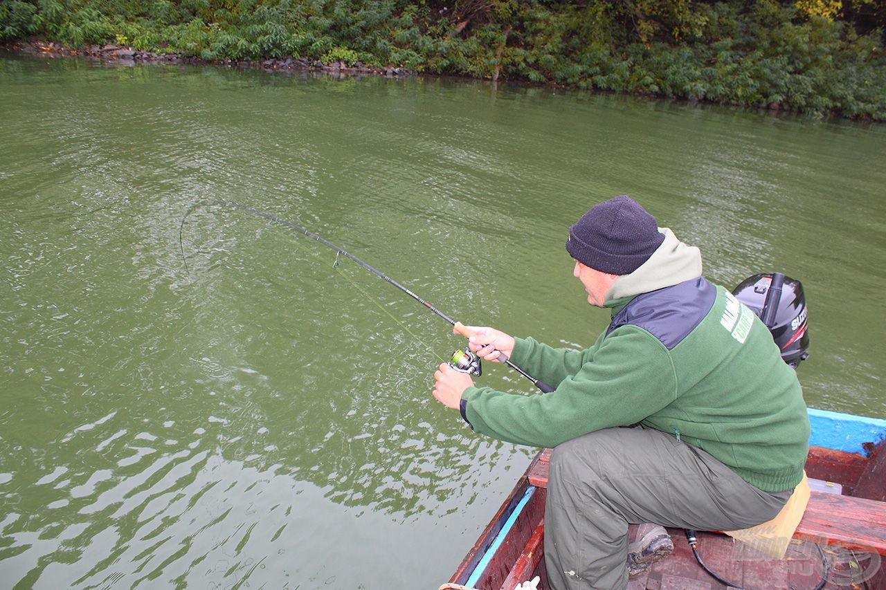 Negatívba dobott, a csónak alól megfogott hal van a horgon