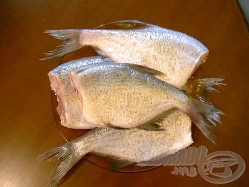 Készítsük elő a halat, vágjuk le a fejét, tisztítsuk meg a pikkelyektől és belezzük ki. Alaposan irdaljuk be, kb 3-4 mm távolságonként. Sózzuk be a halakat és legalább egy órára rajuk be a hűtőbe, hogy a só kellőképpen átjárja a húst