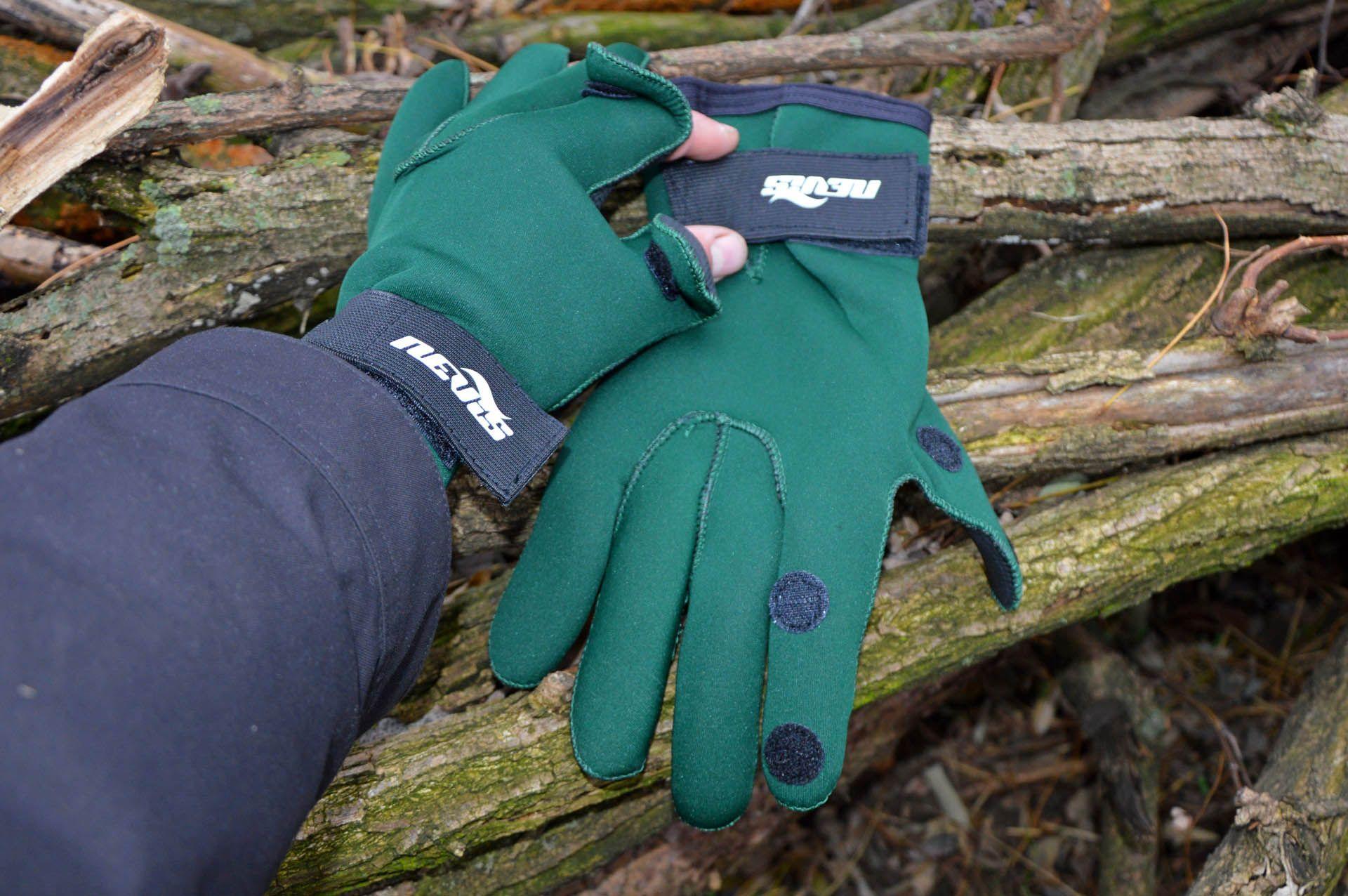 Egy jó neoprén kesztyű a kezet is melegen tartja, és nyitható ujjvégeinek hála nem zavar a horgászatban