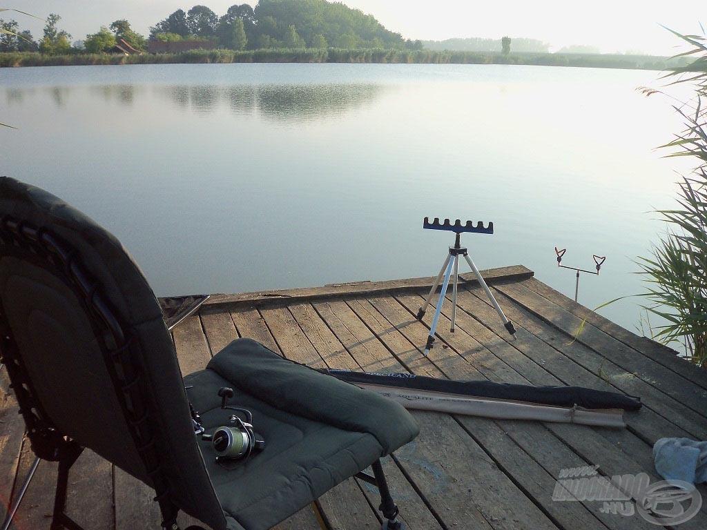 Stégen hosszú feederbotokkal kényelmesen csak vízbe tett tripoddal fértem el, hagyni kell helyet a merítéshez is