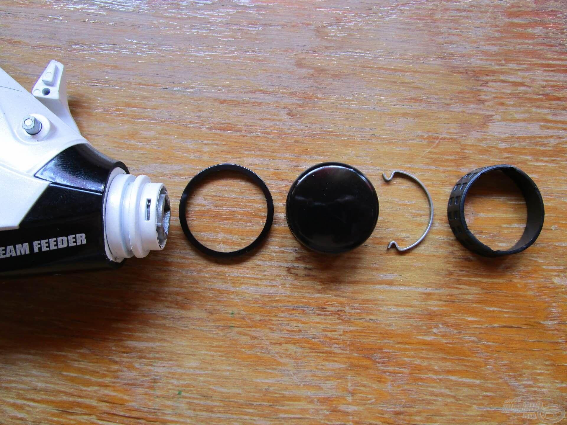 A nyeletőfék egy olyan tekerőgombbal szabályozható, ami gumiborítást kapott, így vizes kézzel sem lesz nehéz jobbra-balra forgatni