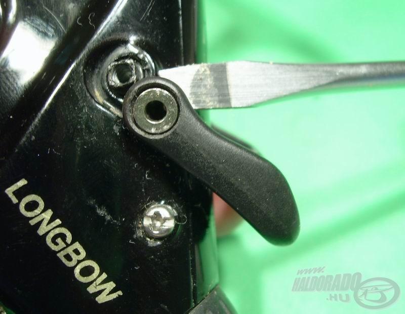 A rögzítő csavar kicsavarozása után egy könnyed feszítéssel le lehet ugratni a kart a rövid tengelycsonkról
