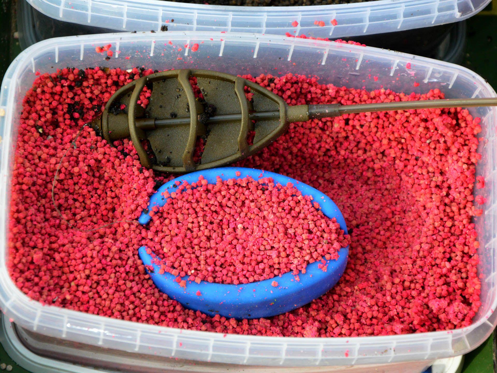 A szilikon formát Fluo Micro Method Feed Pellettel kell megtölteni