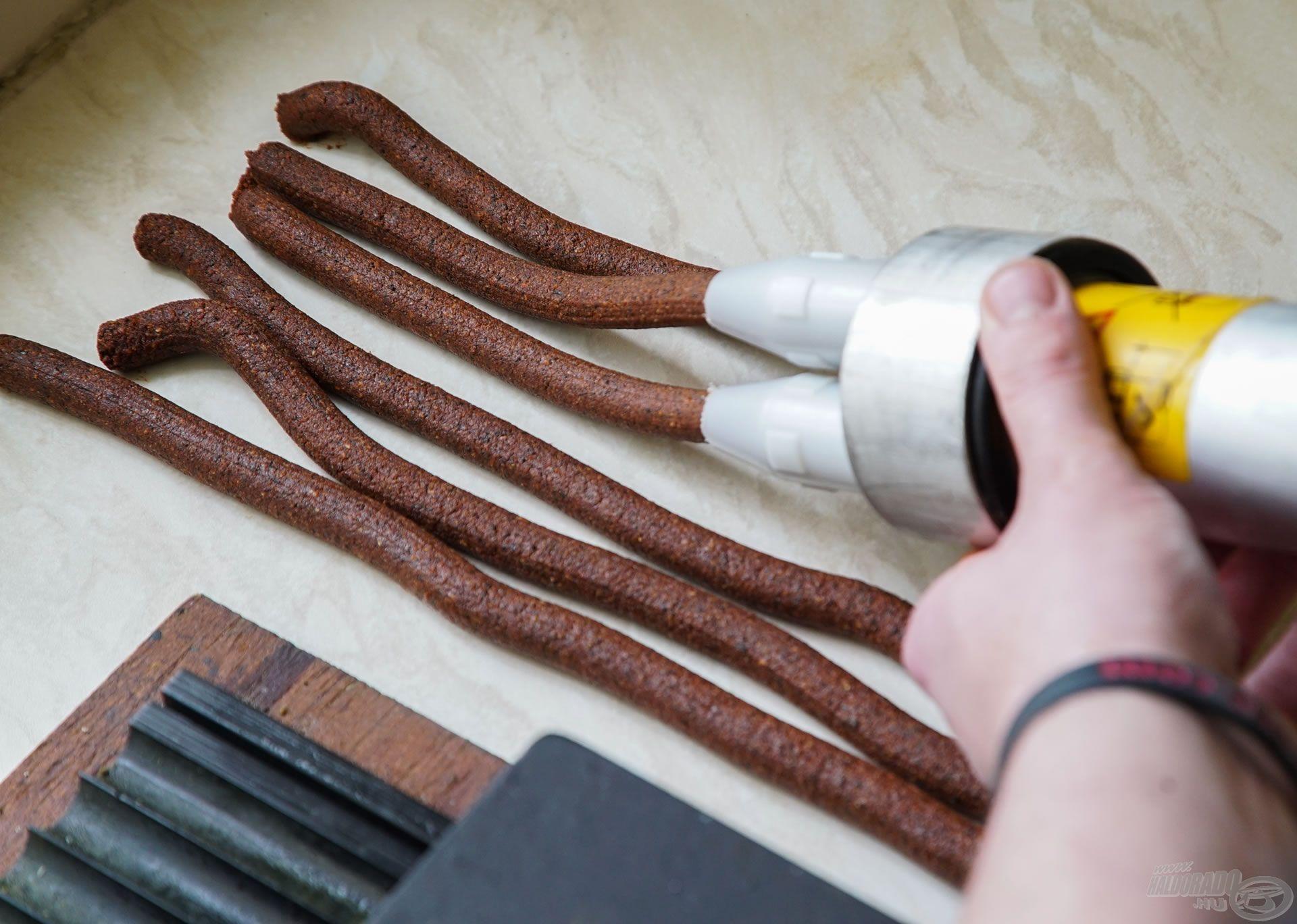 Adagold a tésztát a kinyomó pisztolyba és készítsd el a bojli hurkákat