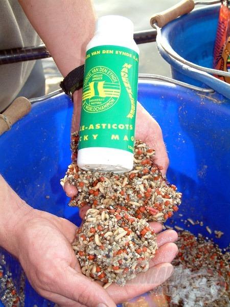 A leghatékonyabb csalogatóanyag keverék jász és dévérkeszeg horgászata során +10 Celsius-fok alatti, hideg vízben: 1 csomag (800 g) Van Den Eynde Micro Carp Pellets-granulátum (eper ízesítésű), 2 kg válogatott szemcseméretű folyami sóder (nehezítő anyag), 1 liter csontkukac (nélkülözhetetlen élő anyag), 2-3 doboz Van Den Eynde Sticky Maggot (csonti ragasztó por)
