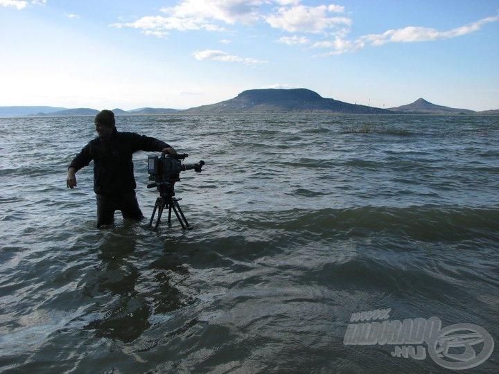 Egy igazán ütős hullámra várva, háttérben a Badacsony