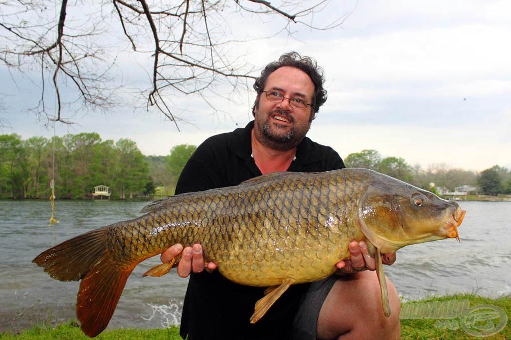 Ezen a napon Tony is velünk horgászott, sőt gyorsan megmutatta nekünk, hogyan is kell itt pontyot fogni!