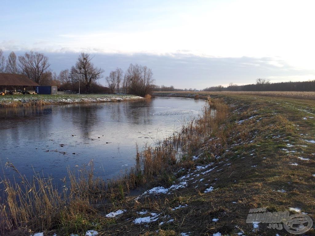 … kb. 8 kilométerre volt a horgászhelyünk, ahol a leghidegebb napokon bizony befagy a csatorna