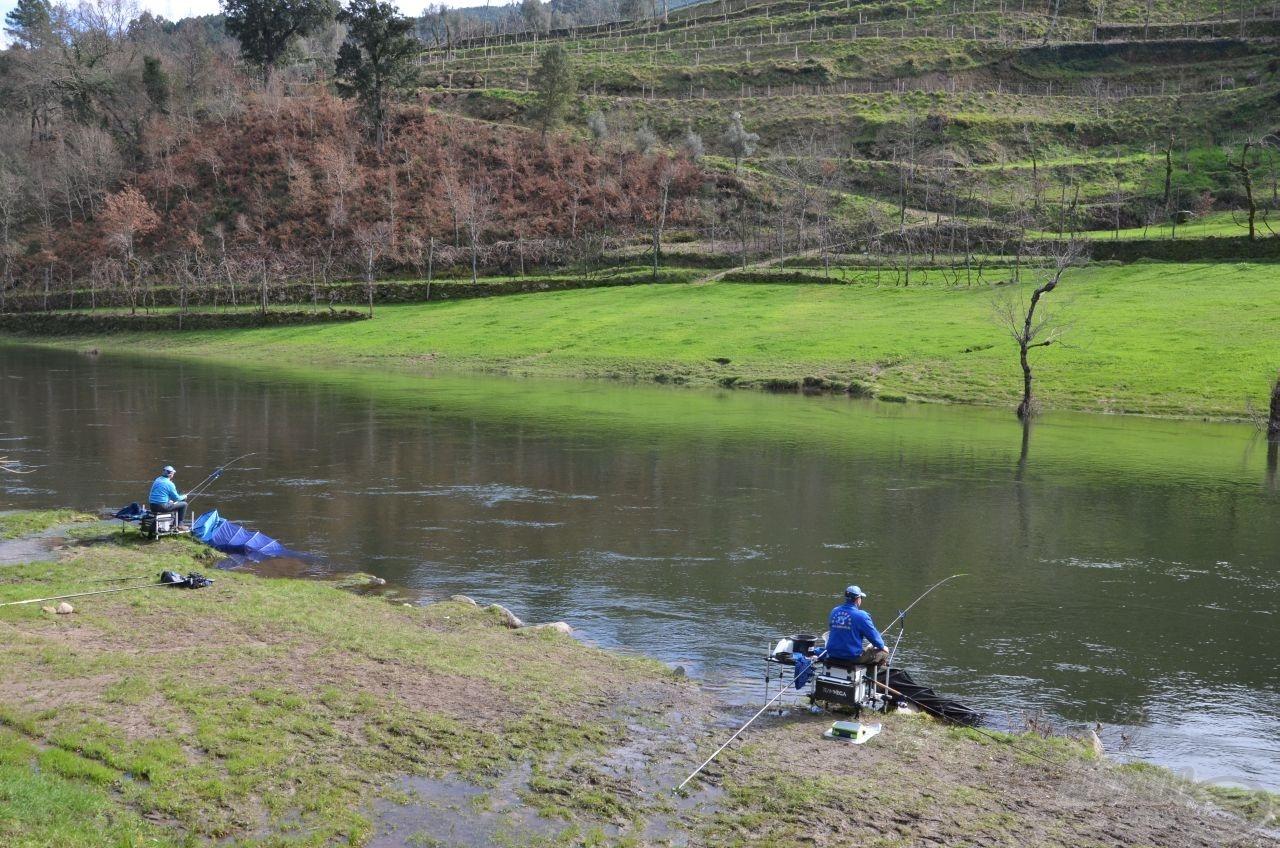 Jól látszódik a képen, hogy mindkettőnk mögött egy-egy patakocska igyekszik a folyóba