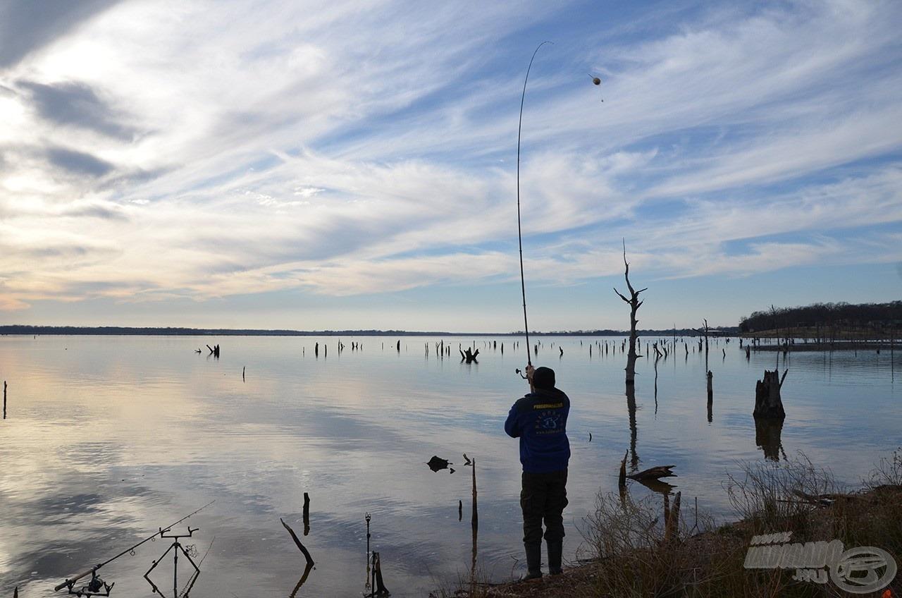 Napról napra jobb idő lett… most már jól látszódik, hogy milyen akadós, nehéz terepen horgásztunk. Tulajdonképpen egy elárasztott, talpon álló erdőben próbáltunk meg halat fogni…!