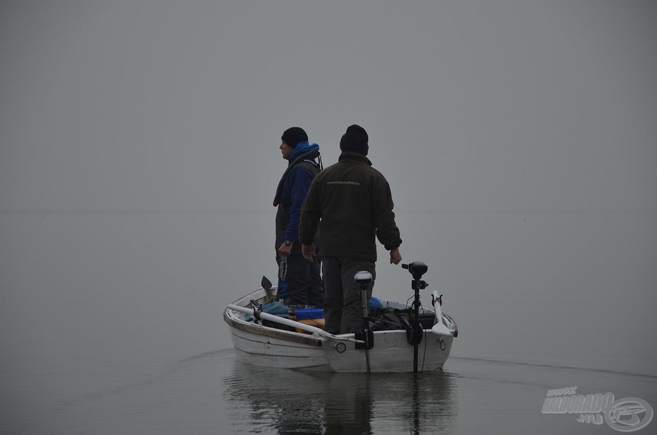 Reggel sűrű ködben szálltunk csónakba
