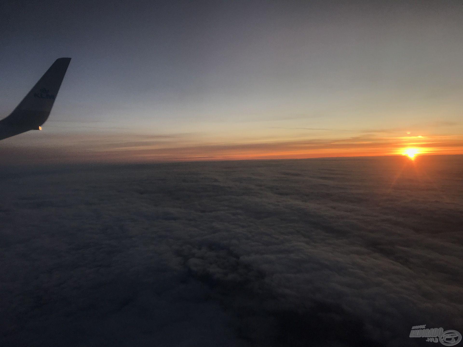 Repülőn a stábunk