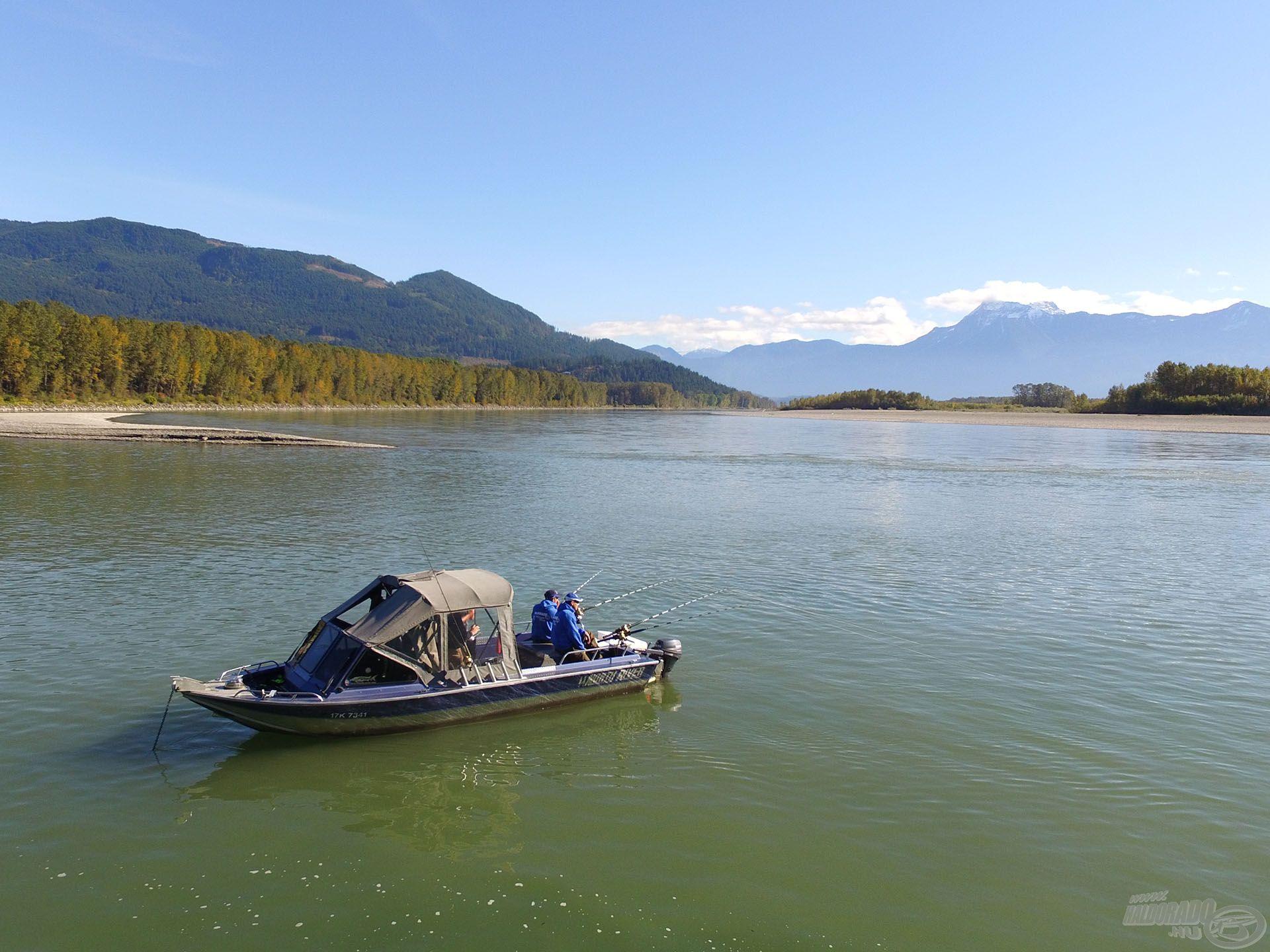 Előttünk keresztben a Fraser főága, míg balról folyik a Harrison folyó
