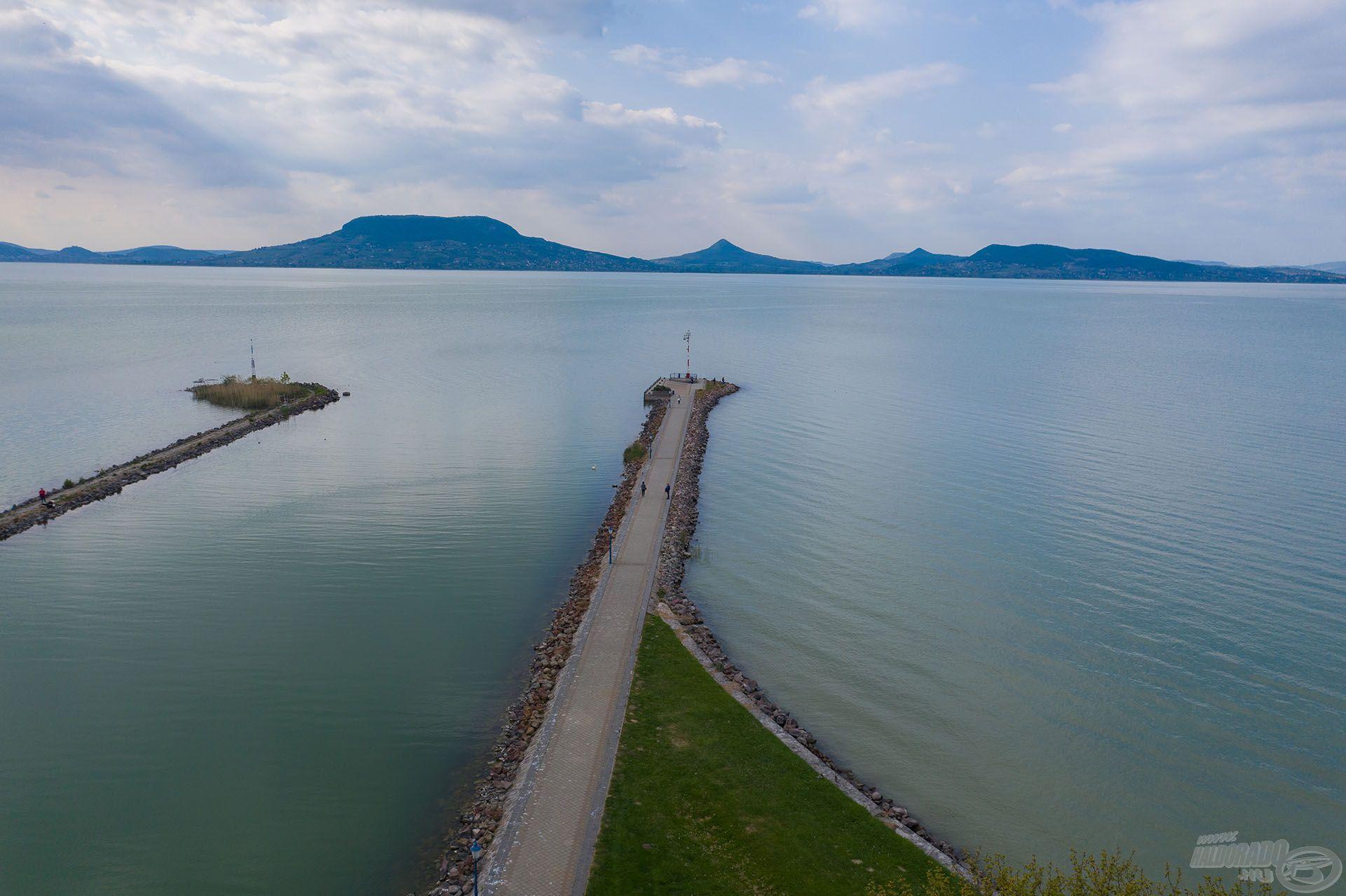 A híres Fonyódi móló végén ültem le, amely 500 méter hosszan nyúlik be a Balatonba. Ez a déli part egyik legígéretesebb horgászhelye