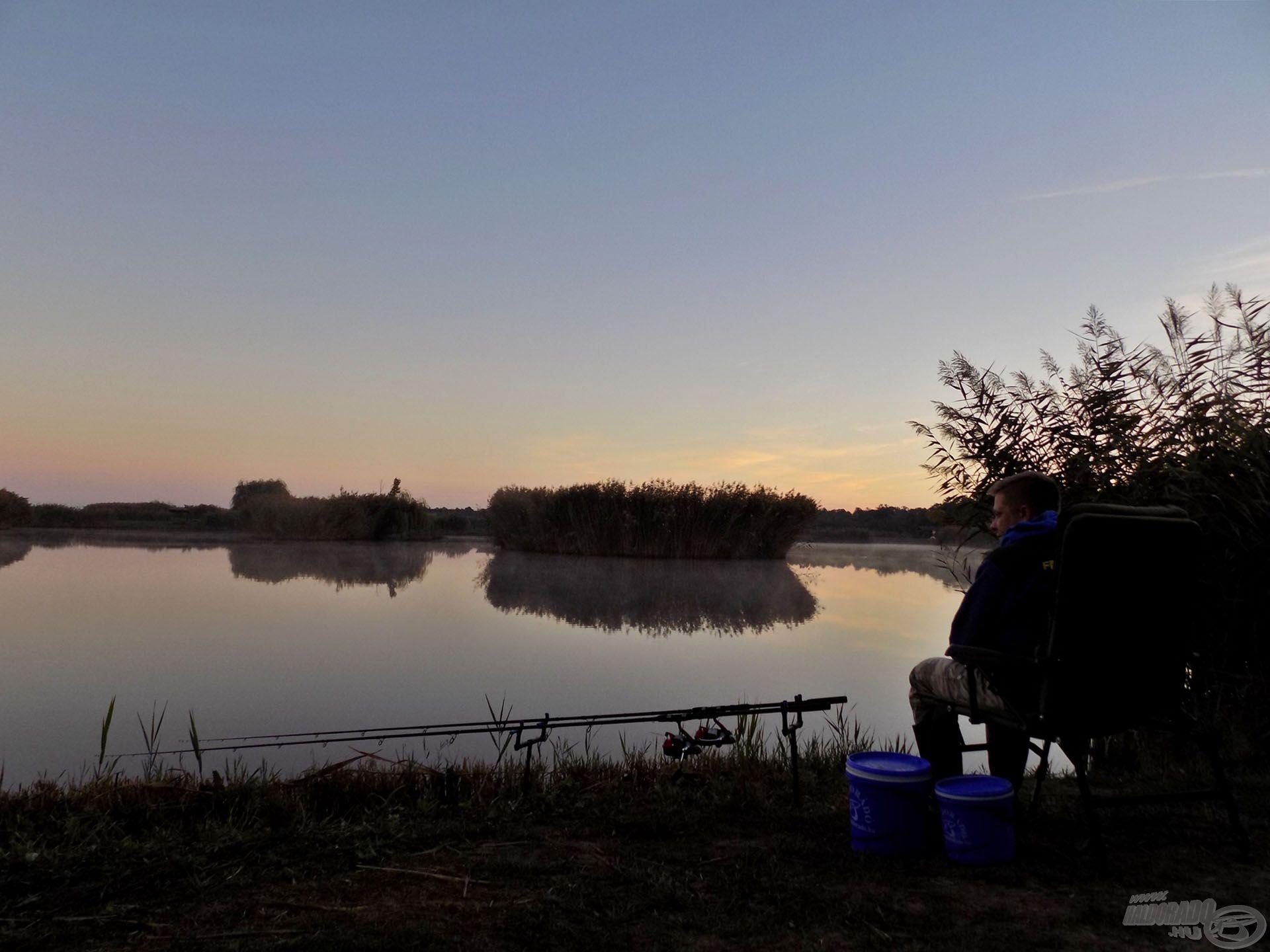 Kora hajnalban, elsőként érkeztem a tóra. Nagyon szeretem ezt a napszakot, véleményem szerint nem érdemes kihagyni, már csak a halak tartózkodási helyének a feltérképezése miatt sem