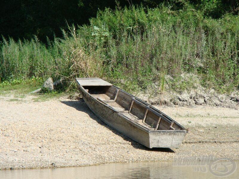 A kikötőben szárazra került csónak jelzi, a megszokottnál alacsonyabb a vízállás
