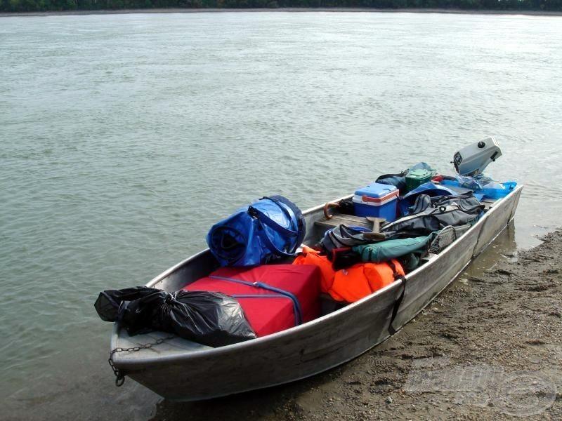 Megpakoltuk a csónakot, már csak magunknak kell helyet találnunk benne