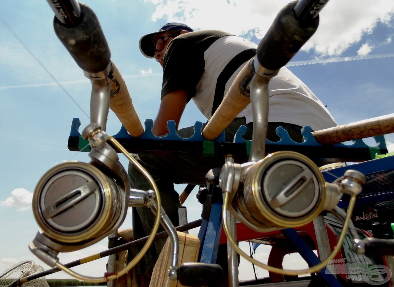 A verseny végére az orsót és a bot nyelét is vastagon fogja borítani a földes etetőanyag massza… erre mondta még anno az egyik kedves horgászcimborám, hogy aki félti összekoszolni a felszerelését, annak kár a kezébe pecabotot adni
