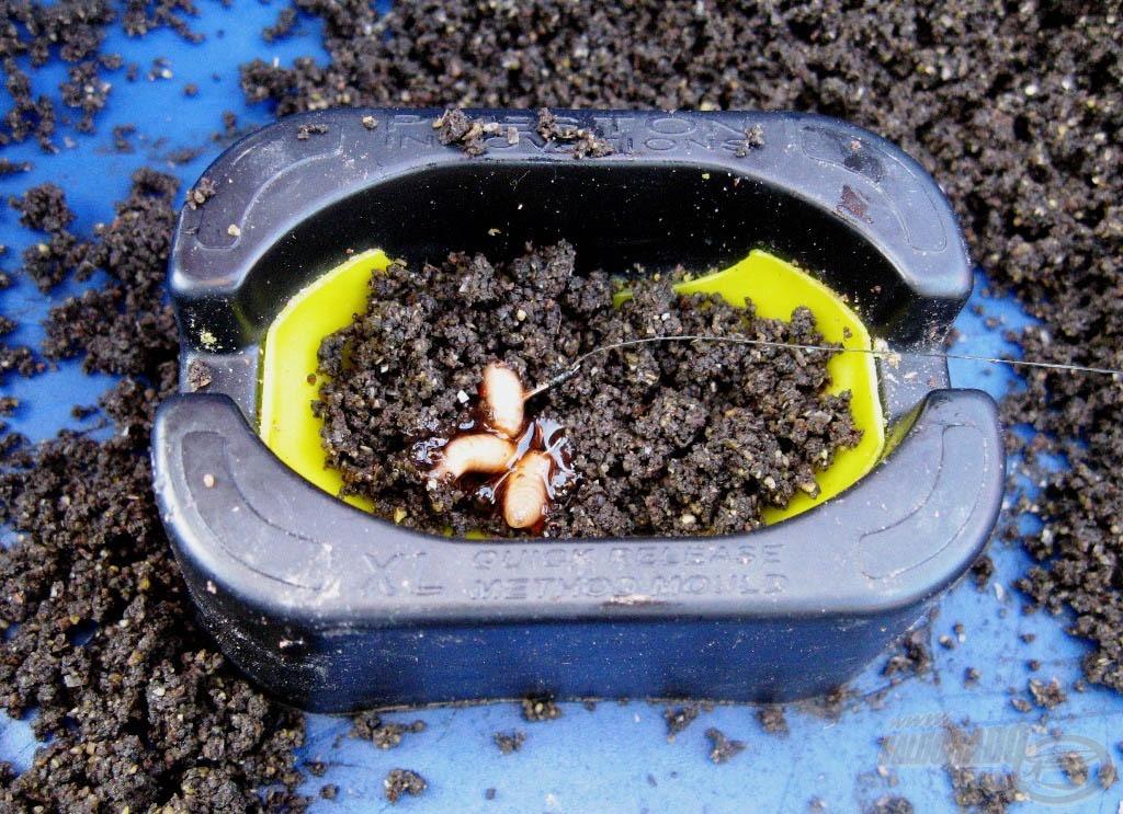 A prés aljába egy kis etetőanyagot kell nyomni, majd erre kerül a csali (esetünkben dipelt csonti