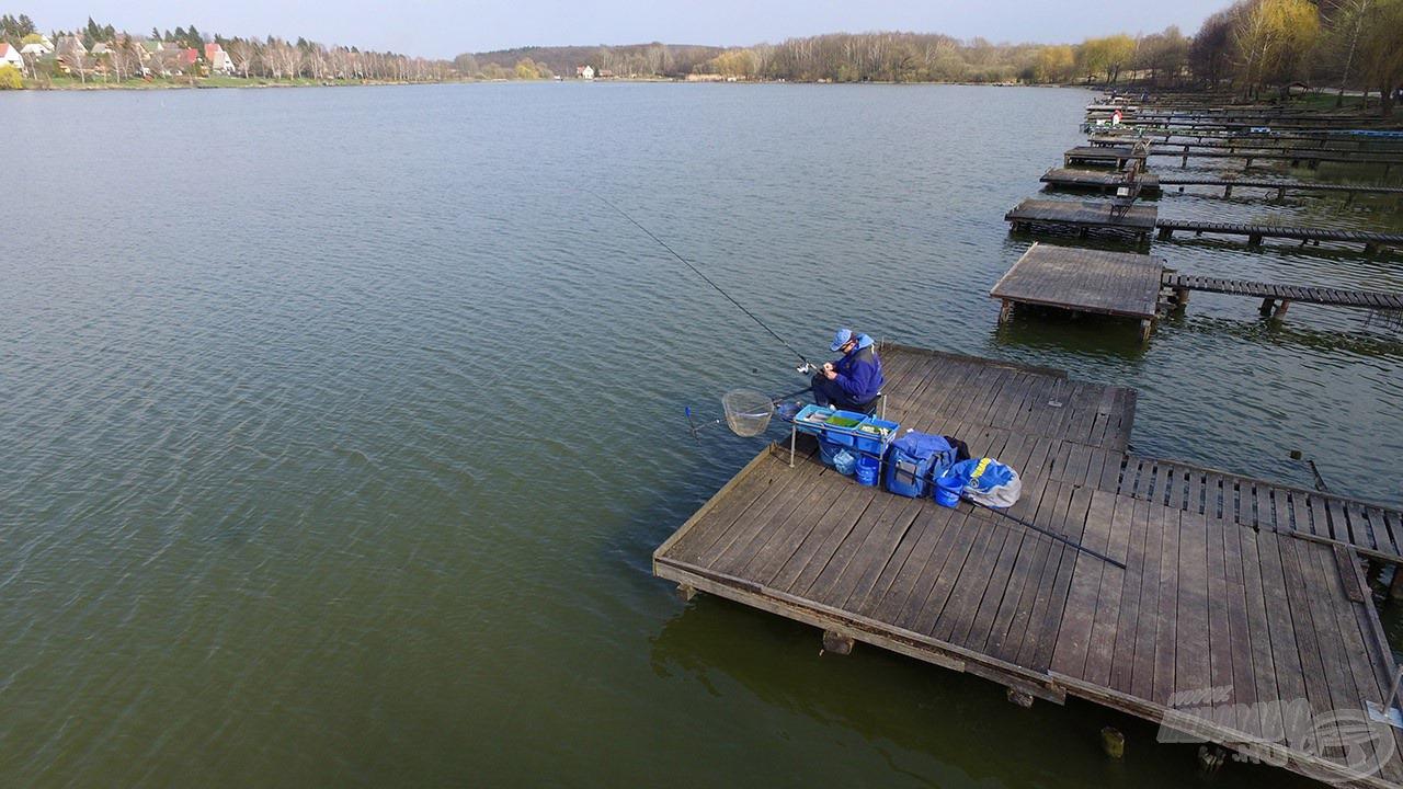 A horgászat igényesen kialakított stégekről történik