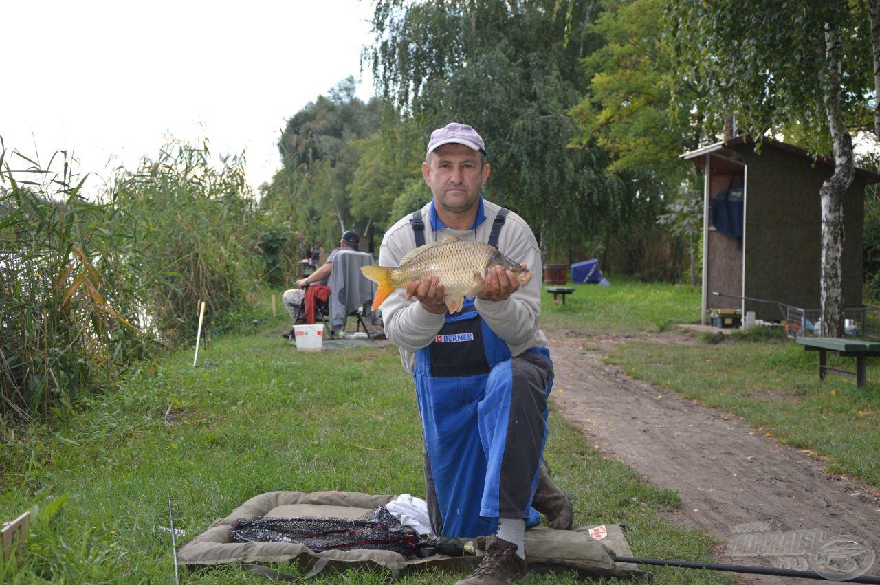 Fábos István a tó tegnap 1-est adó másik szélén horgászik