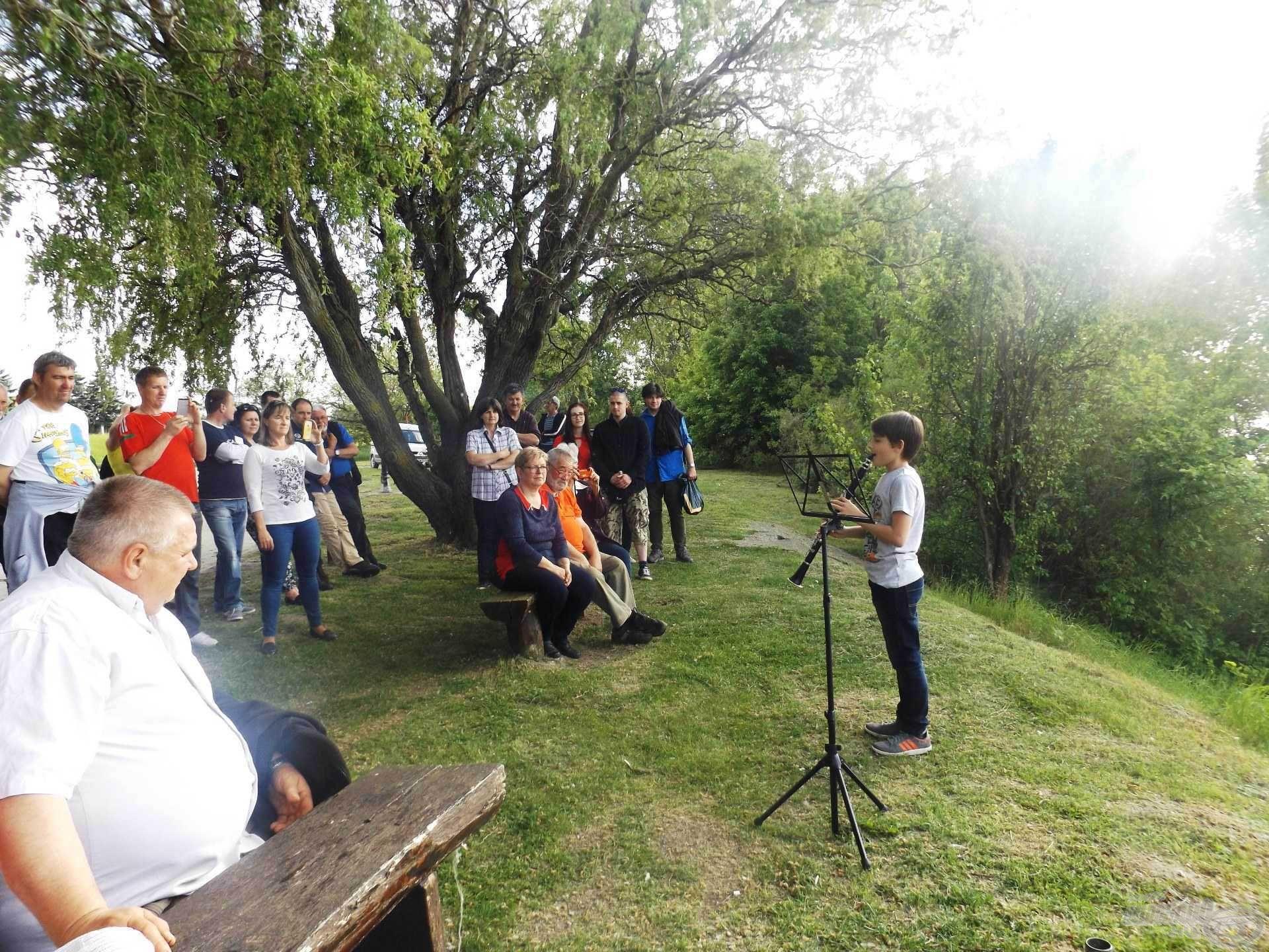Az este első programja: Bolvári Geri szívhez szóló vízparti koncertje. Egy életre szóló élmény volt